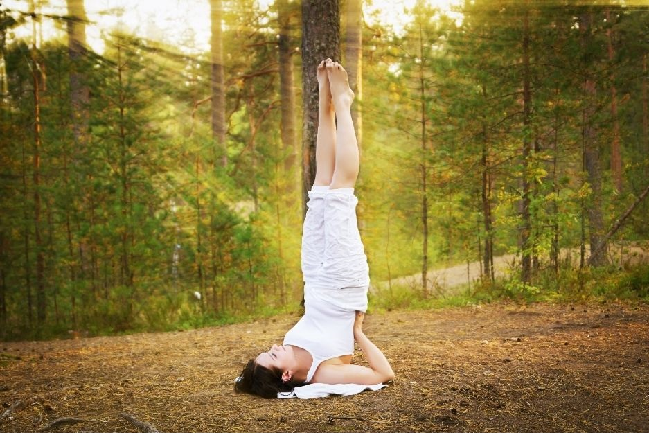 Yoga im Wald - Kundalini Yoga - Schulterstand